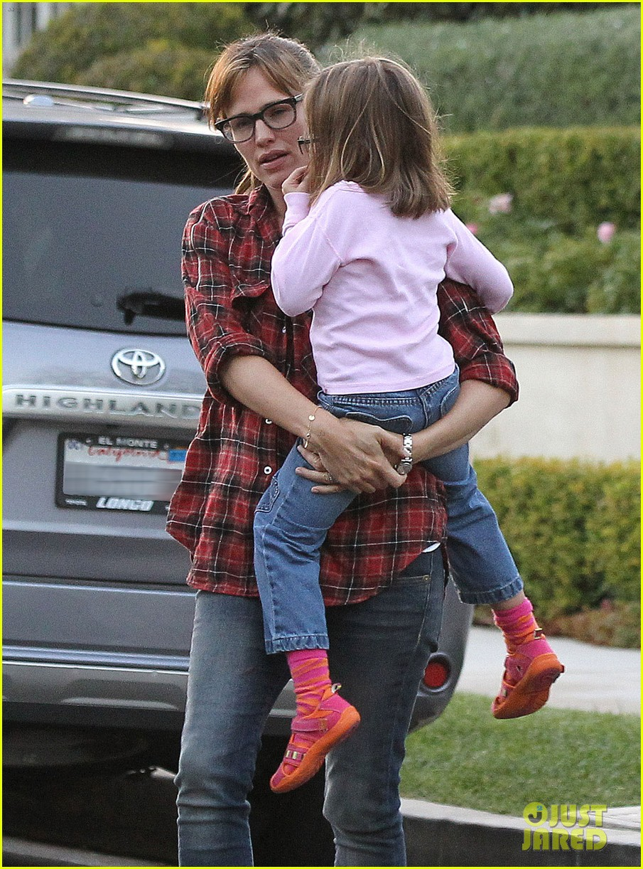 jennifer garner brings samuel to meet a horse 142953576
