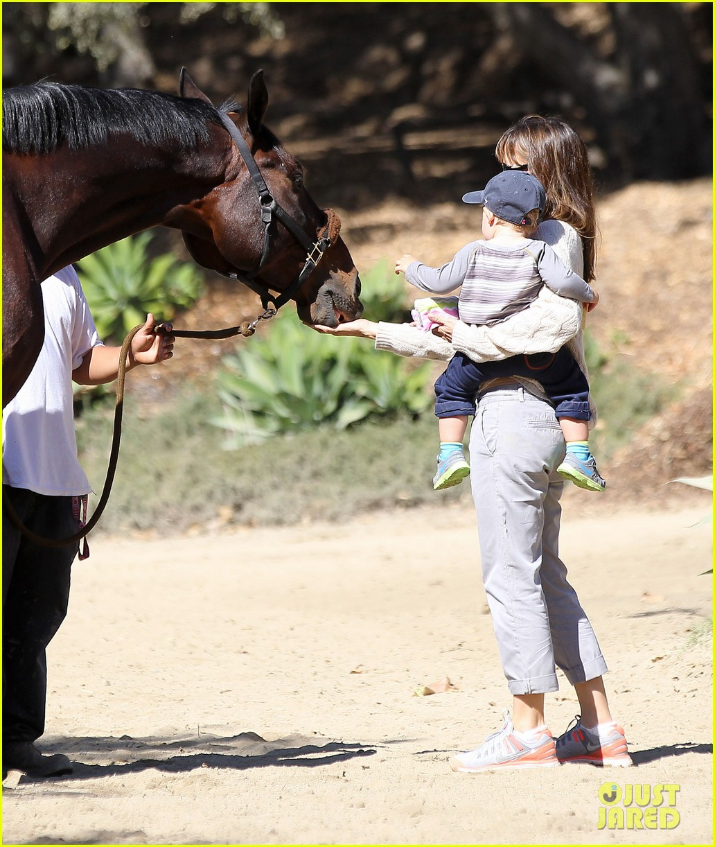 jennifer garner brings samuel to meet a horse 162953578