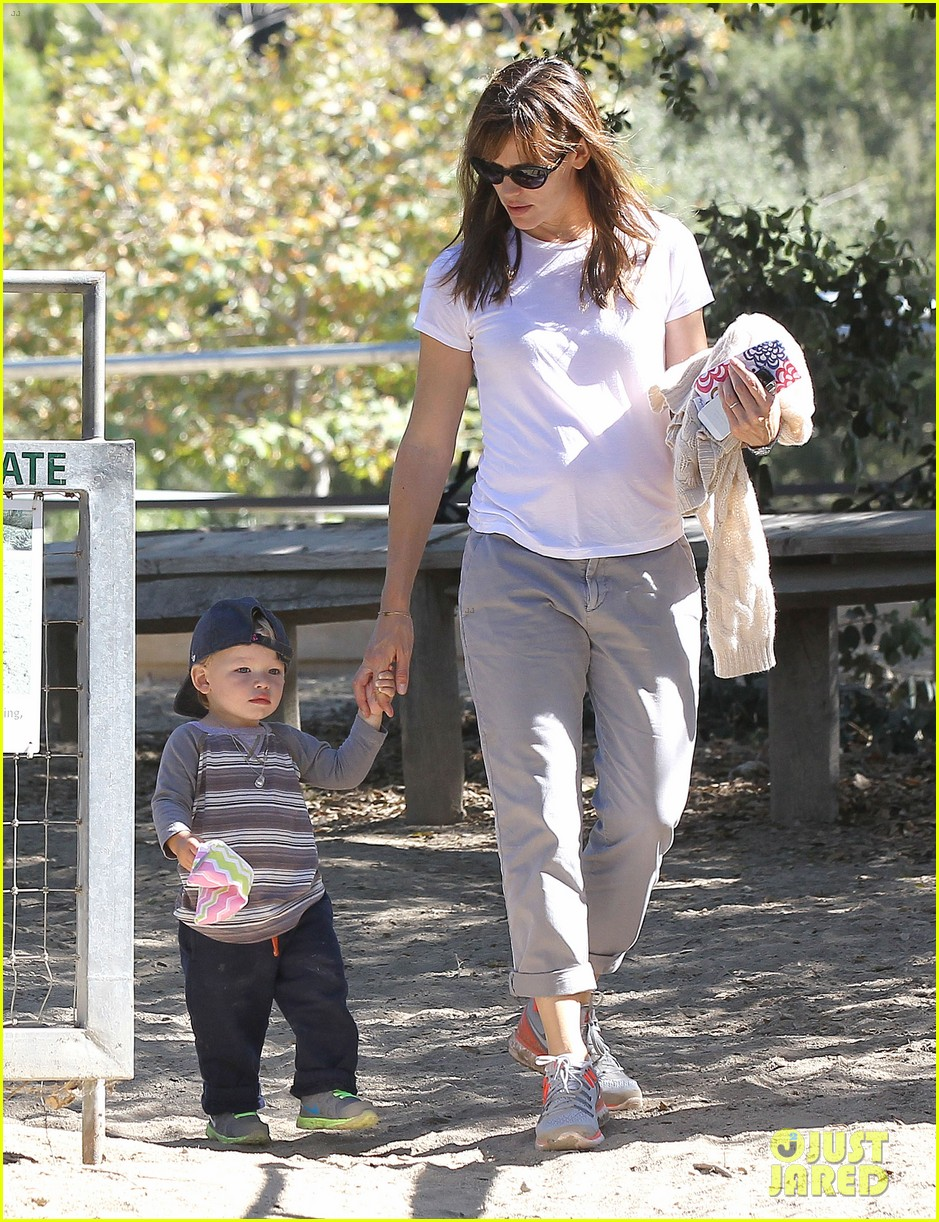 jennifer garner brings samuel to meet a horse 192953581