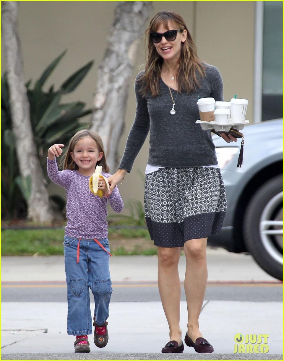 jennifer garner mommy errands with the kids 012960383