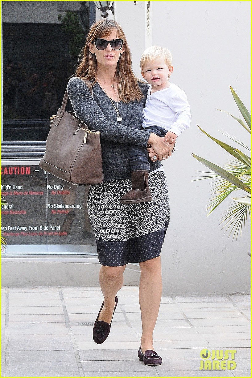 jennifer garner mommy errands with the kids 072960389