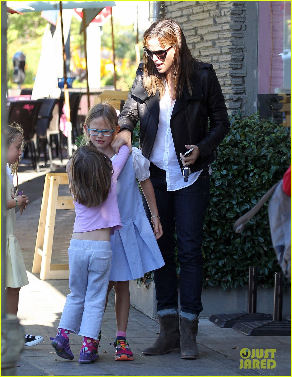 jennifer garner mommy errands with the kids 132960395