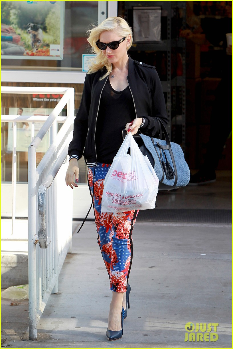 gwen stefani shows off tiny baby bump 092960636