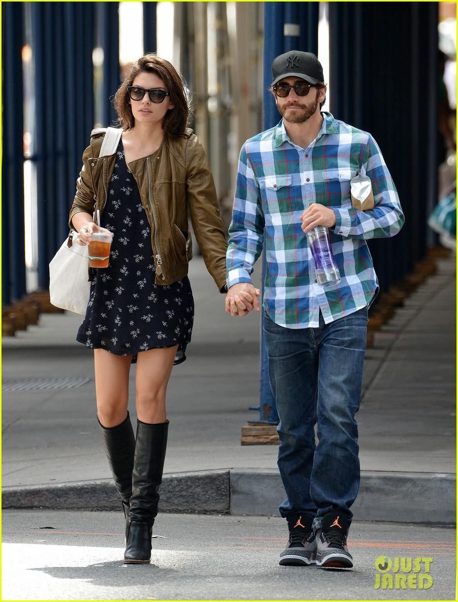 jake gyllenhaal girlfriend alyssa miller hold hands in nyc 012956959