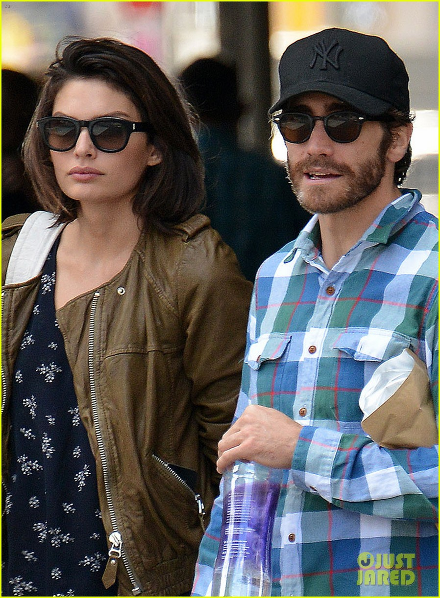 jake gyllenhaal girlfriend alyssa miller hold hands in nyc 02