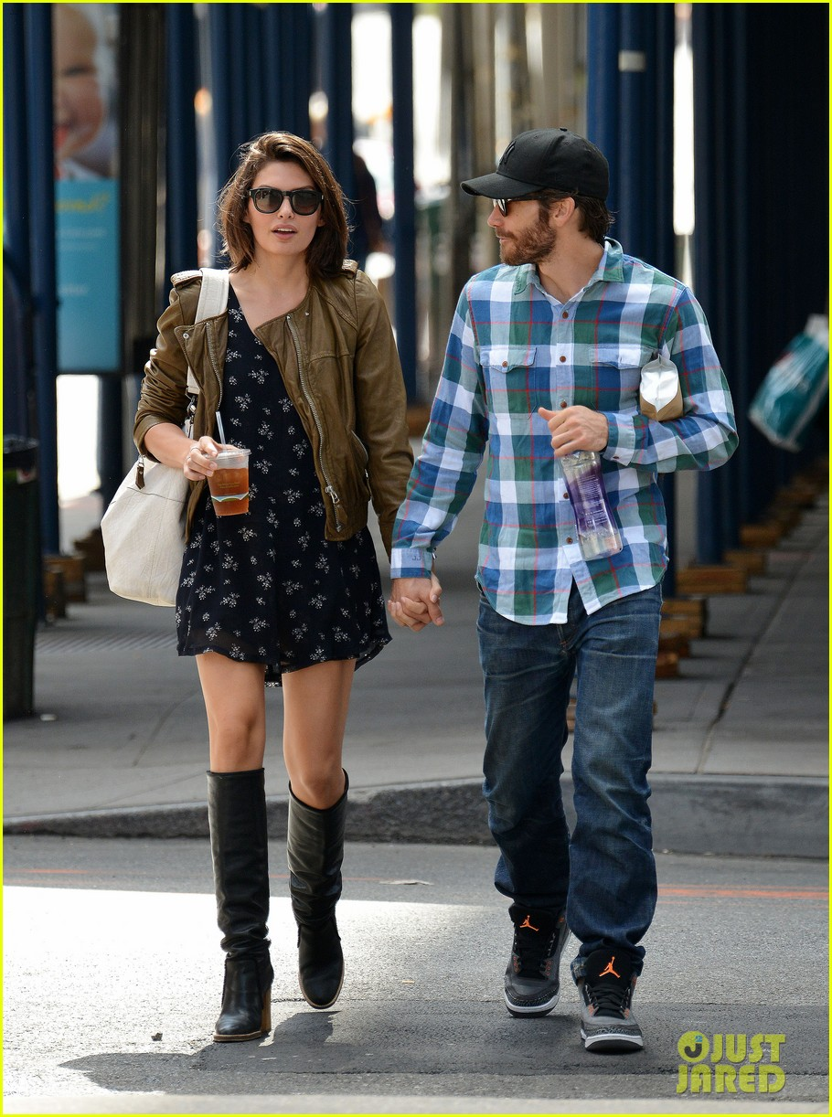jake gyllenhaal girlfriend alyssa miller hold hands in nyc 032956961