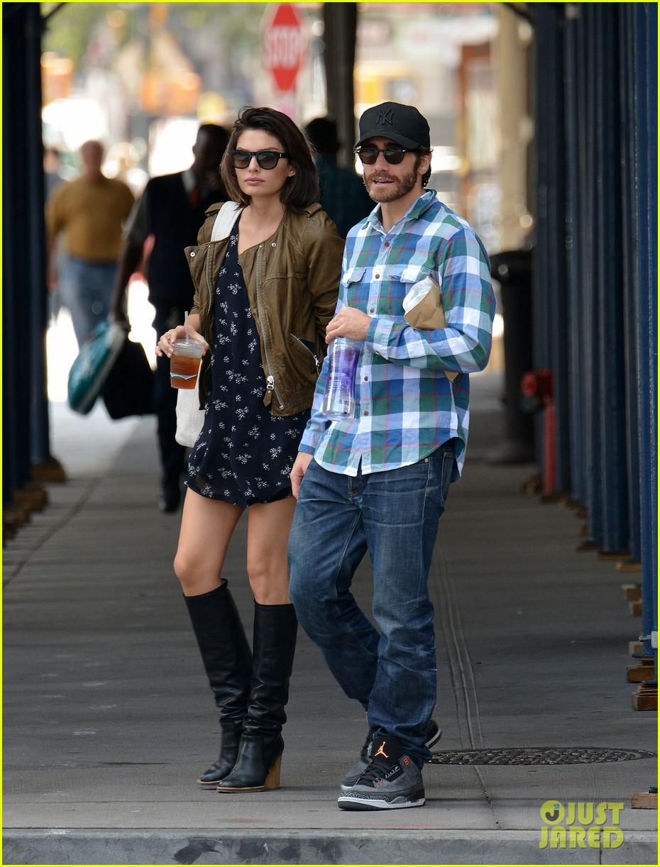 jake gyllenhaal girlfriend alyssa miller hold hands in nyc 052956963