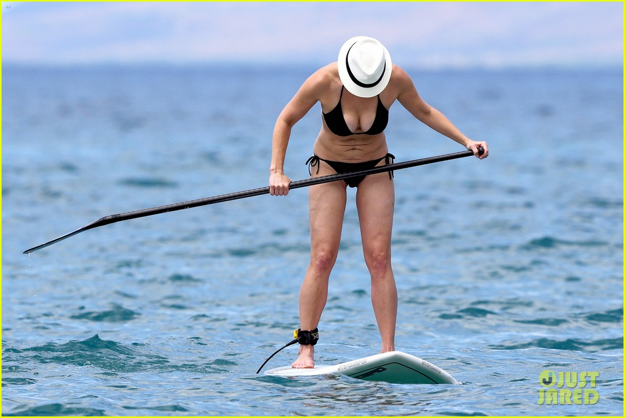 chelsea handler bares bikini beach body in hawaii 142961691