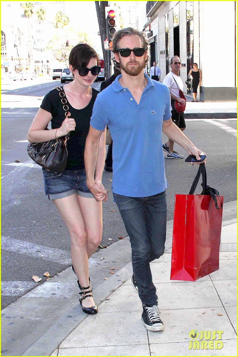 anne hathaway adam shulman pick up goodies at valentino 012944474