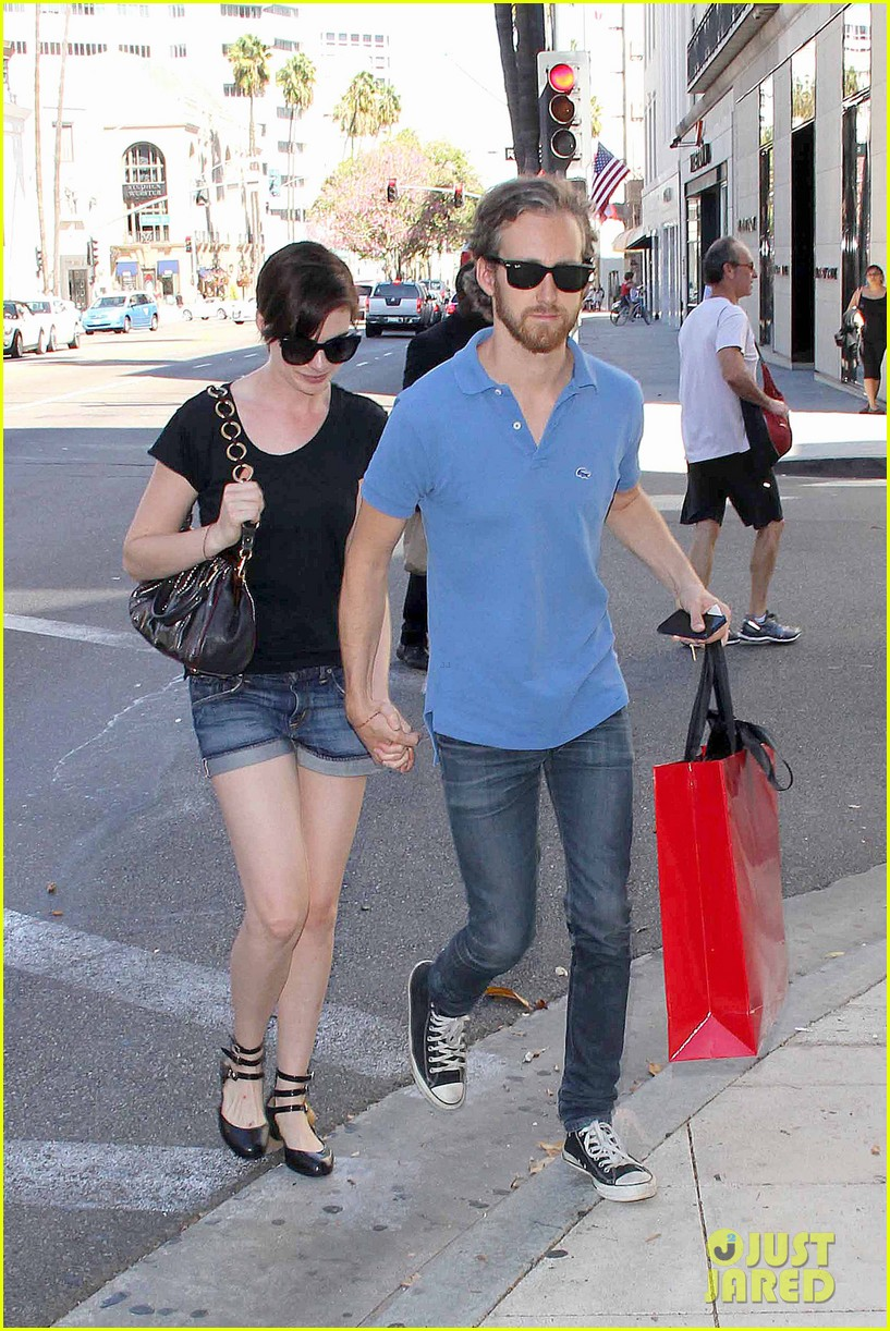 anne hathaway adam shulman pick up goodies at valentino 05