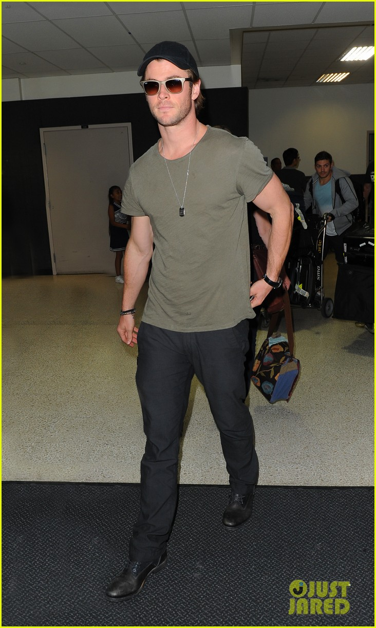 chris hemsworth bares buff arms while landing in los angeles 012953364