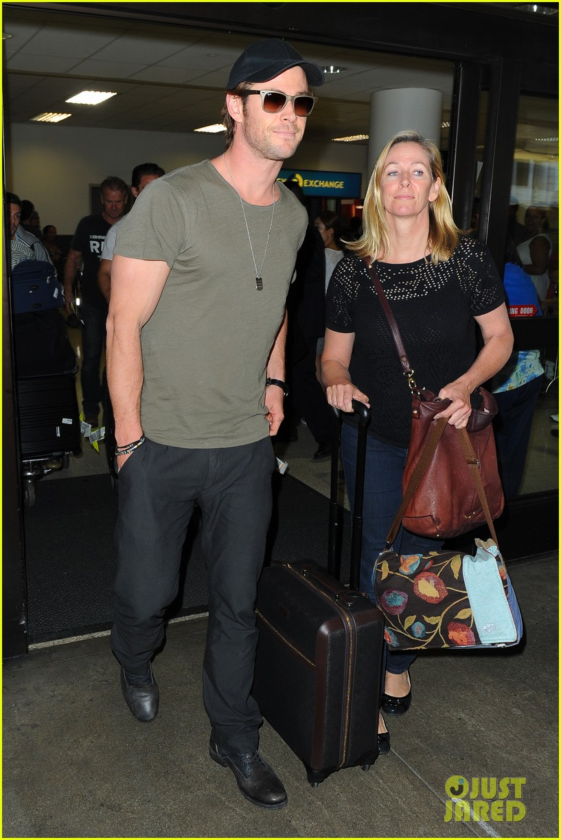 chris hemsworth bares buff arms while landing in los angeles 03