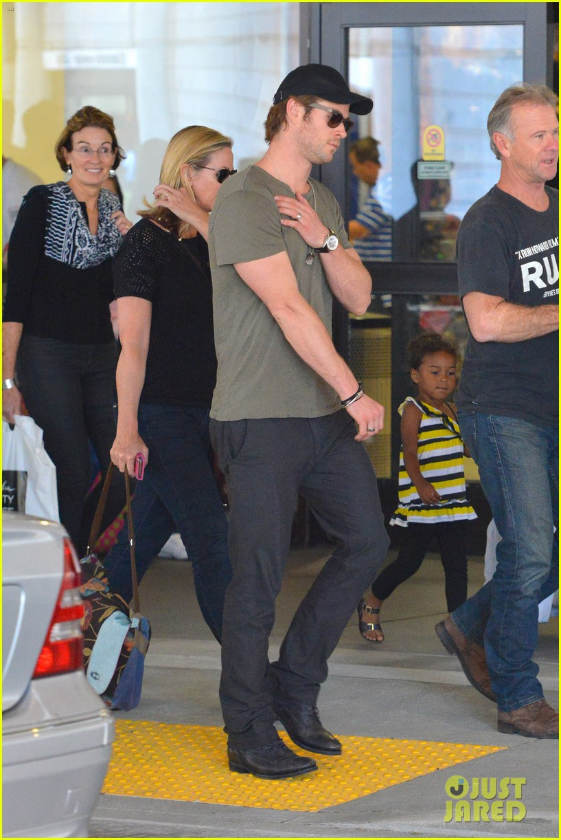 chris hemsworth bares buff arms while landing in los angeles 072953370