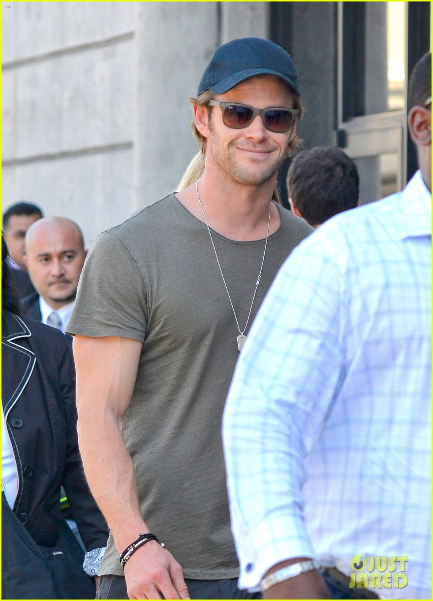 chris hemsworth bares buff arms while landing in los angeles 092953372