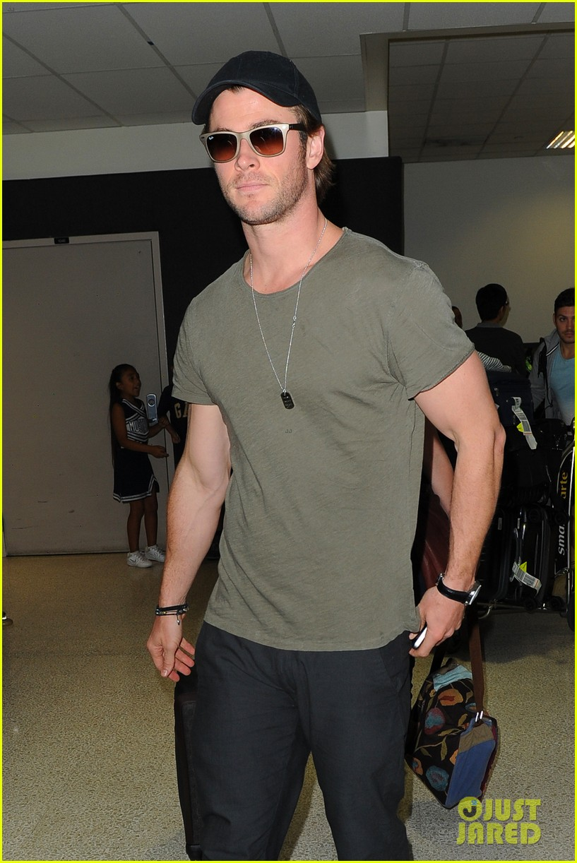 chris hemsworth bares buff arms while landing in los angeles 102953373