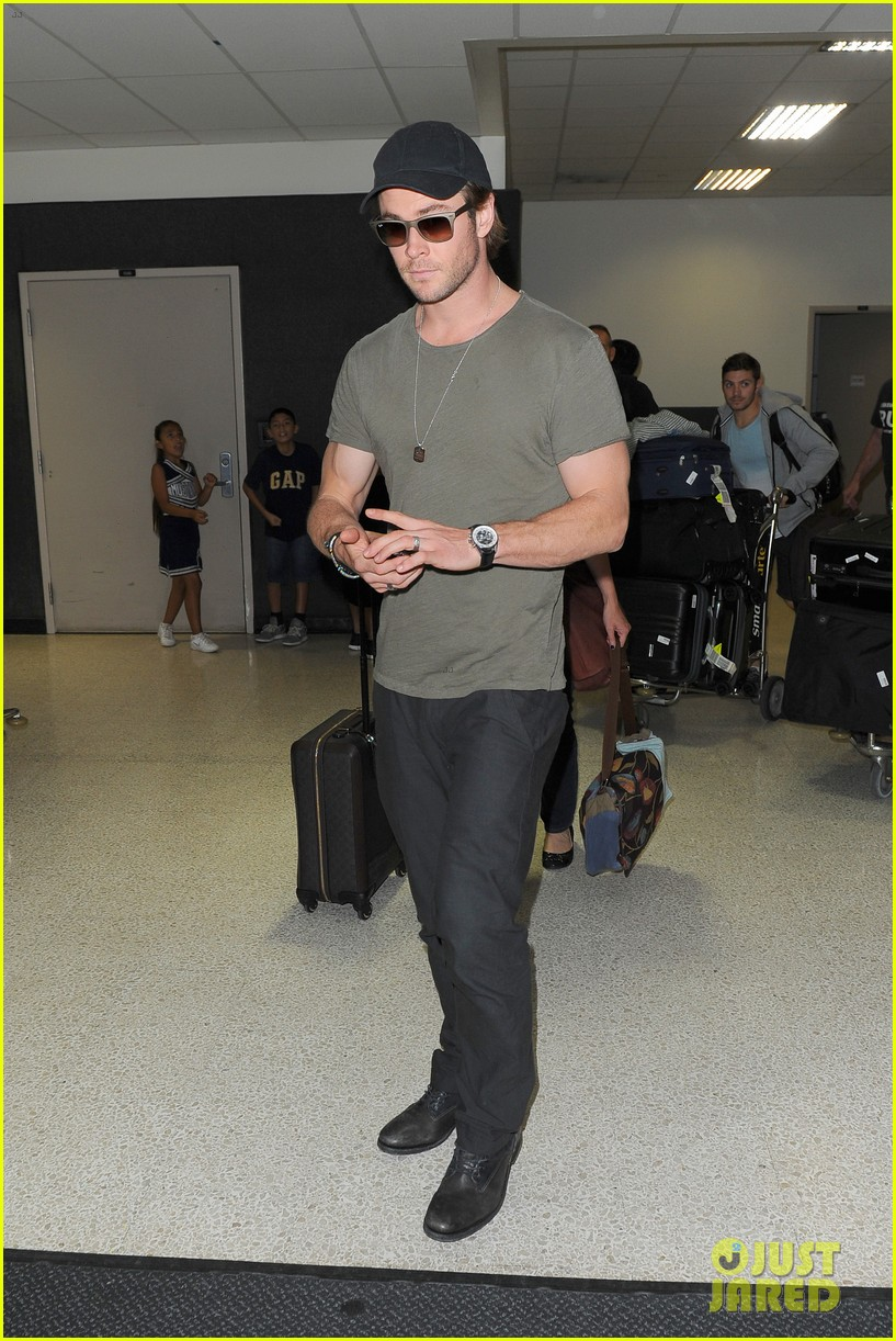 chris hemsworth bares buff arms while landing in los angeles 122953375