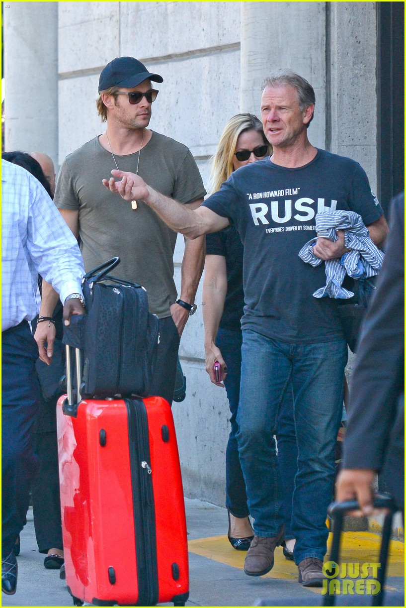 chris hemsworth bares buff arms while landing in los angeles 132953376