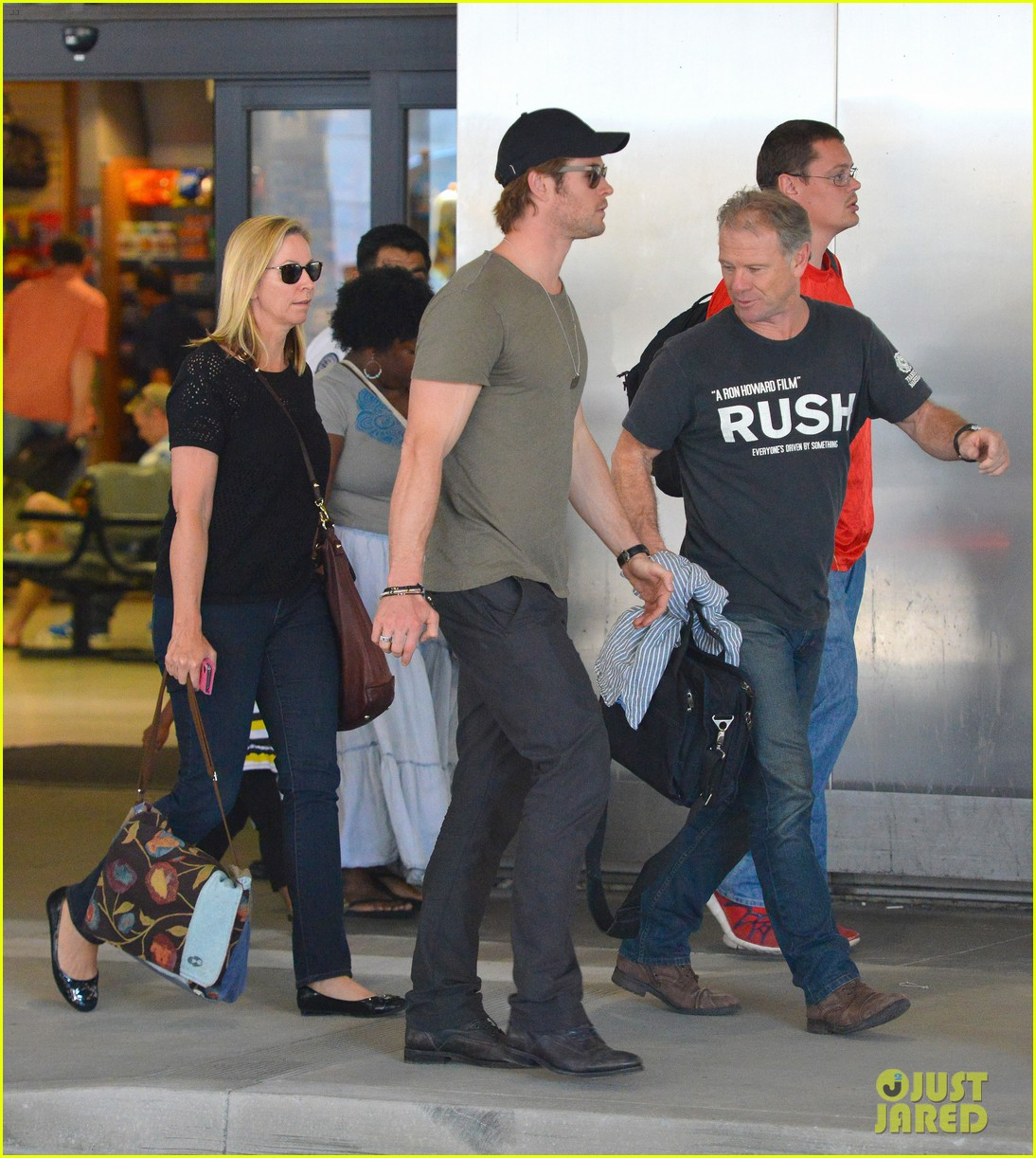 chris hemsworth bares buff arms while landing in los angeles 142953377