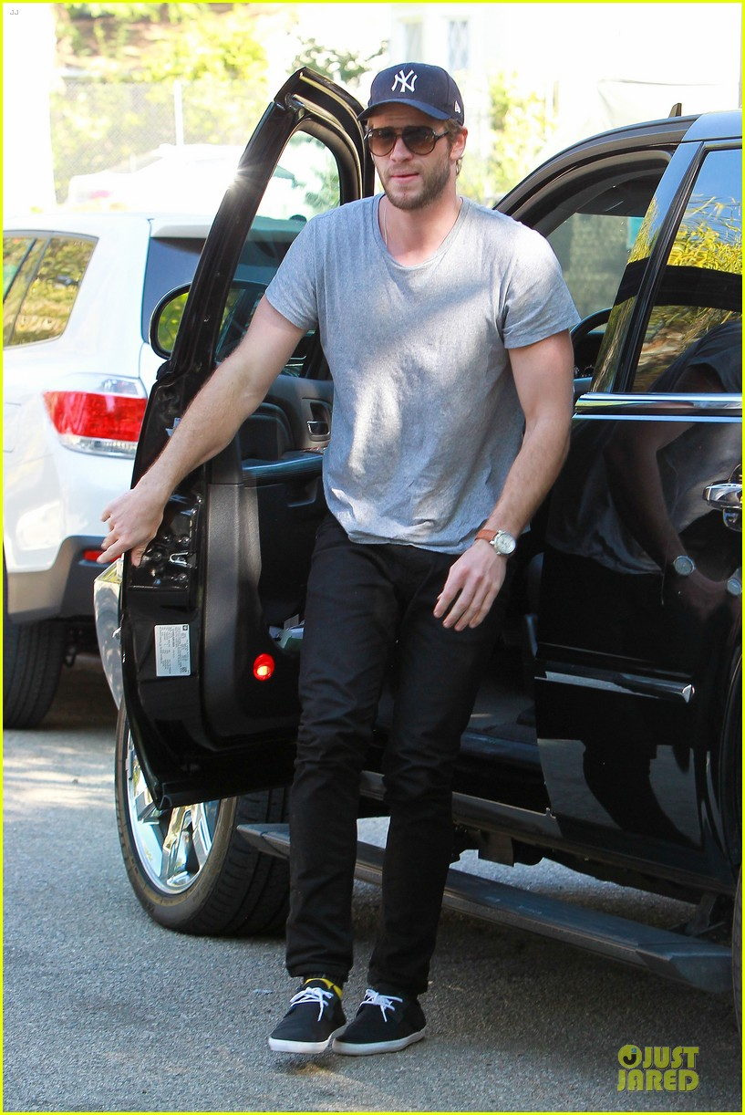 liam hemsworth visits friend after unfollowing miley cyrus 01