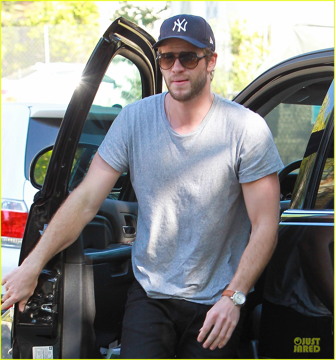liam hemsworth visits friend after unfollowing miley cyrus 042954293