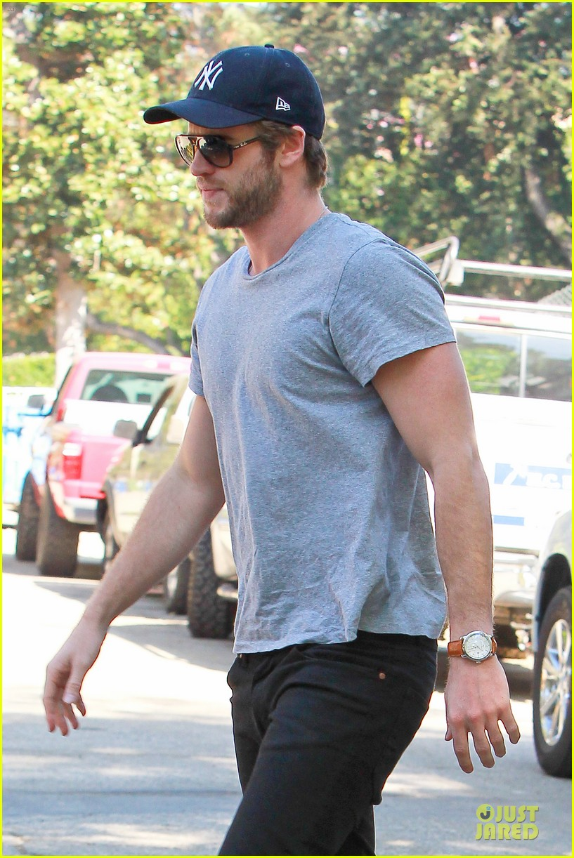 liam hemsworth visits friend after unfollowing miley cyrus 122954301