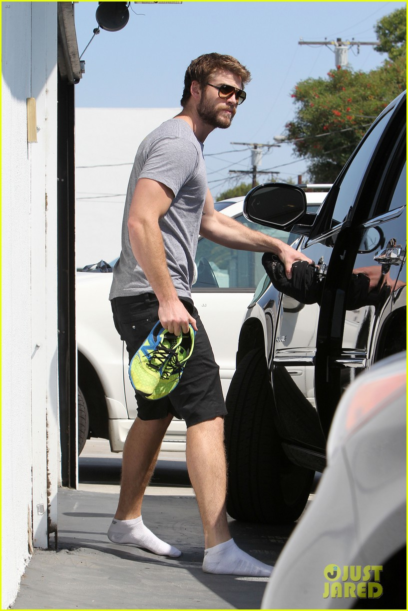 liam hemsworth steps out after new january jones rumors 032950408