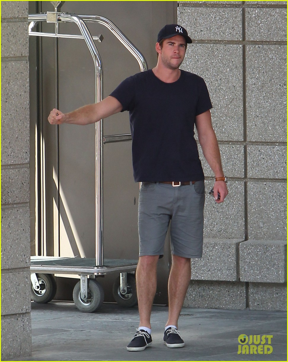 liam hemsworth spotted in atlanta after mockingjay filming begins 052959060