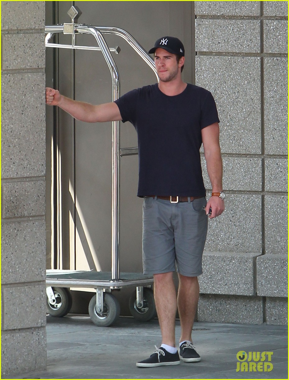 liam hemsworth spotted in atlanta after mockingjay filming begins 16
