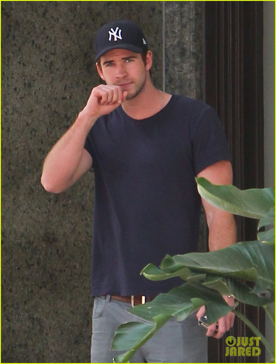 liam hemsworth spotted in atlanta after mockingjay filming begins 18