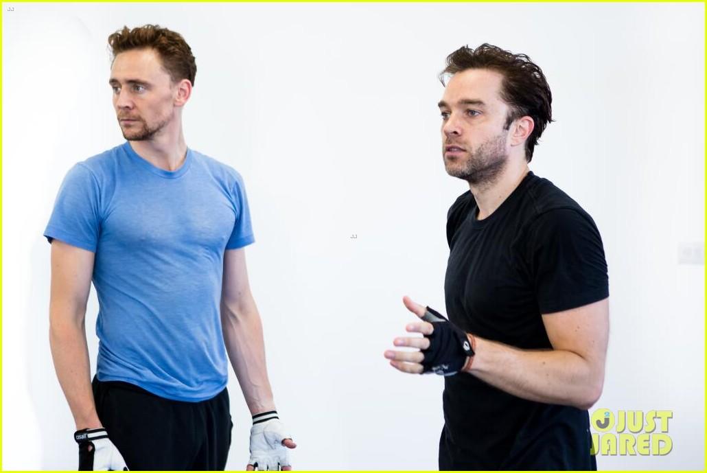 tom hiddleston fight practice for coriolanus production 042963301