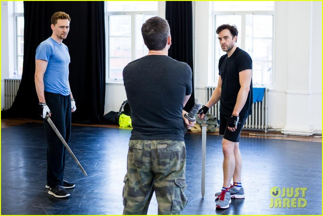 tom hiddleston fight practice for coriolanus production 052963302