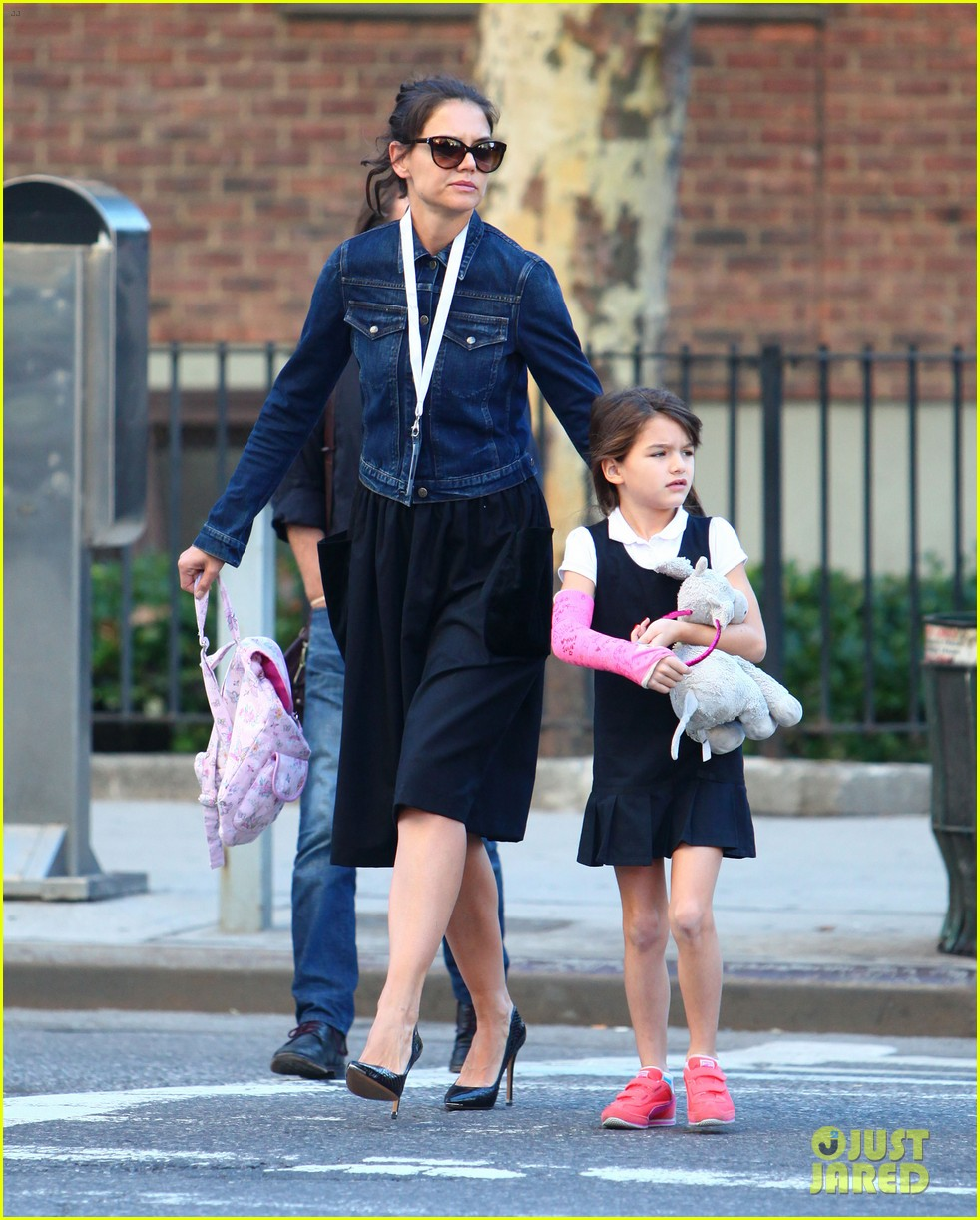 katie holmes morning stroll with suri after trying cronuts 03