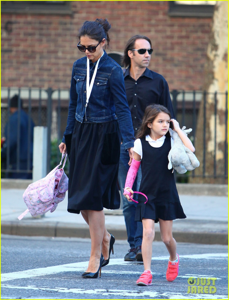 katie holmes morning stroll with suri after trying cronuts 082959902