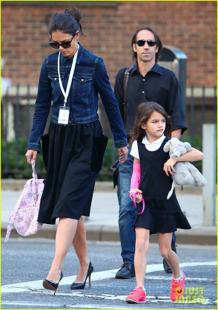 katie holmes morning stroll with suri after trying cronuts 092959903