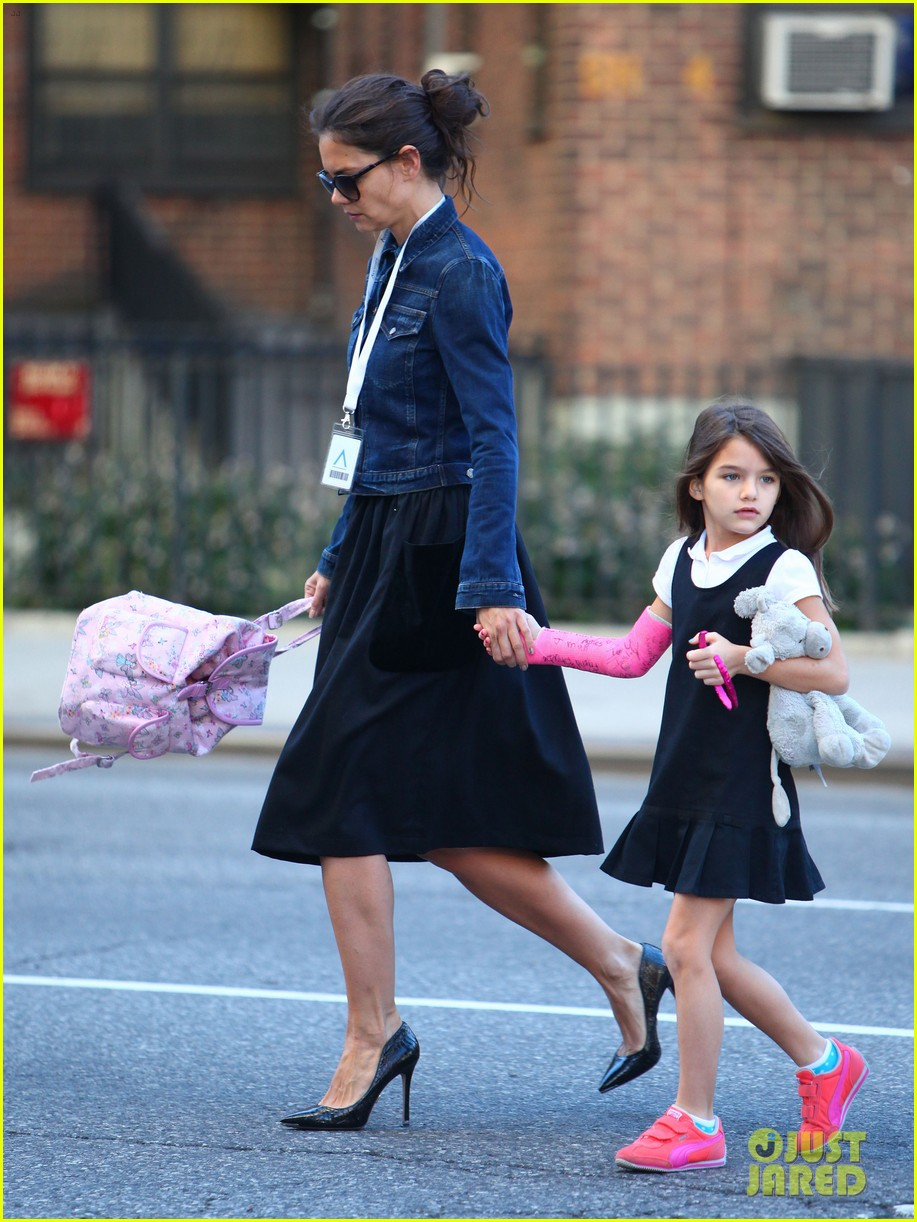 katie holmes morning stroll with suri after trying cronuts 102959904