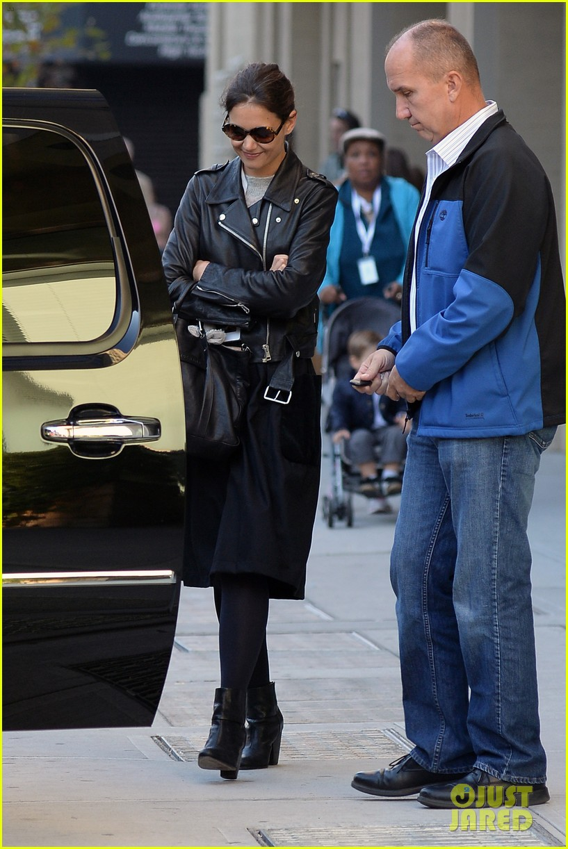 katie holmes heads home afte dropping suri at school 032955542