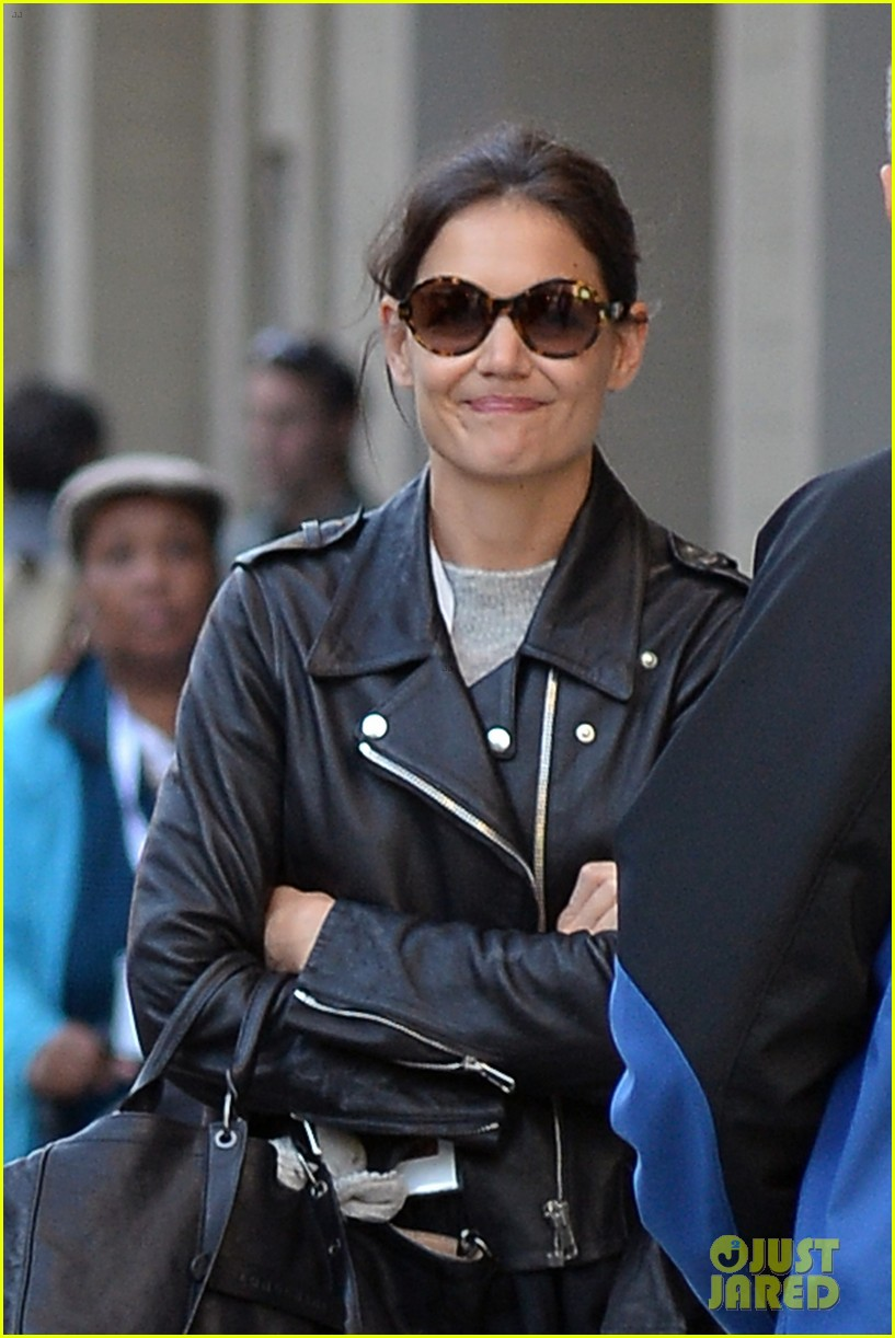 katie holmes heads home afte dropping suri at school 062955545