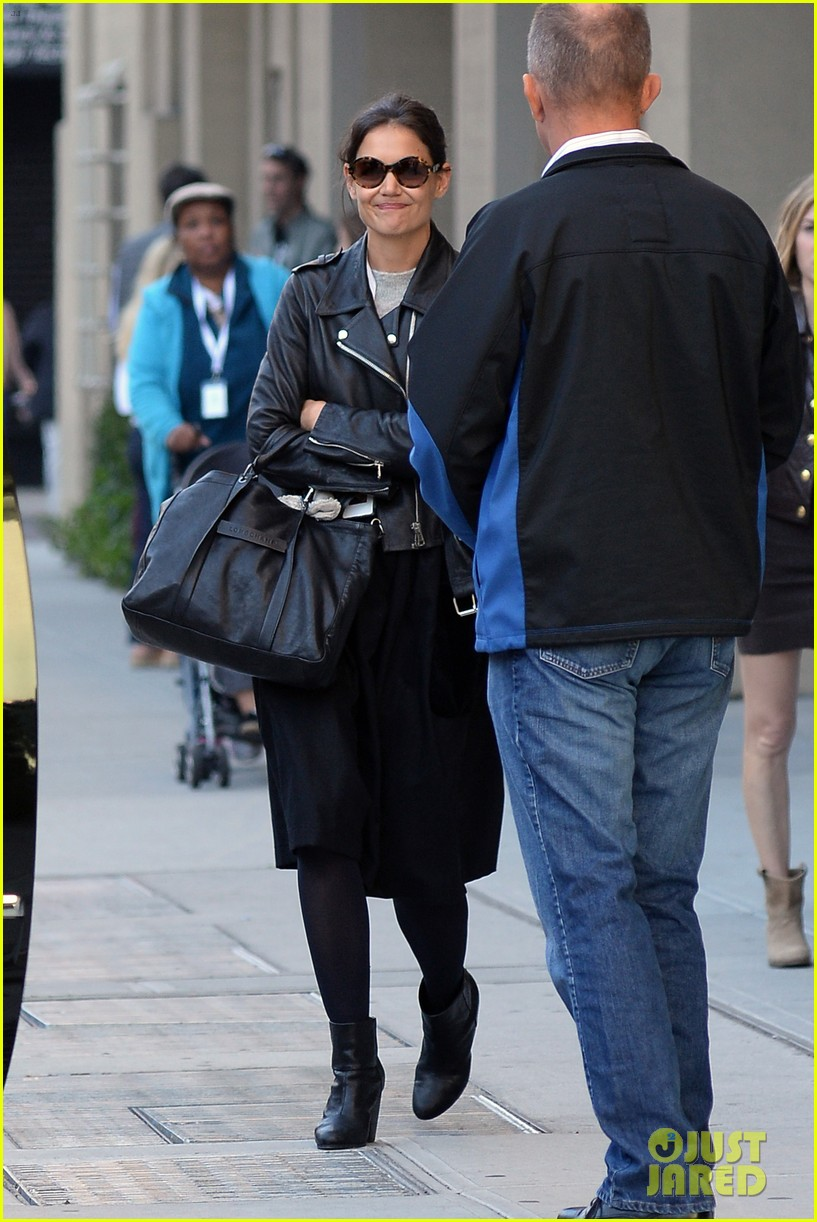 katie holmes heads home afte dropping suri at school 072955546