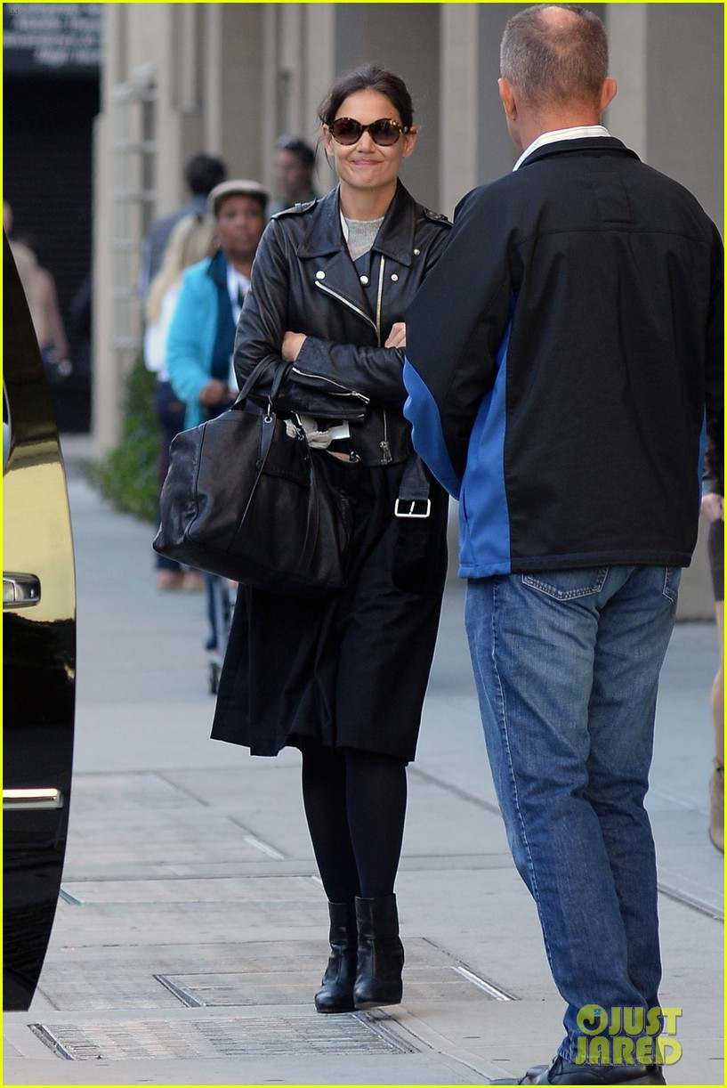 katie holmes heads home afte dropping suri at school 082955547