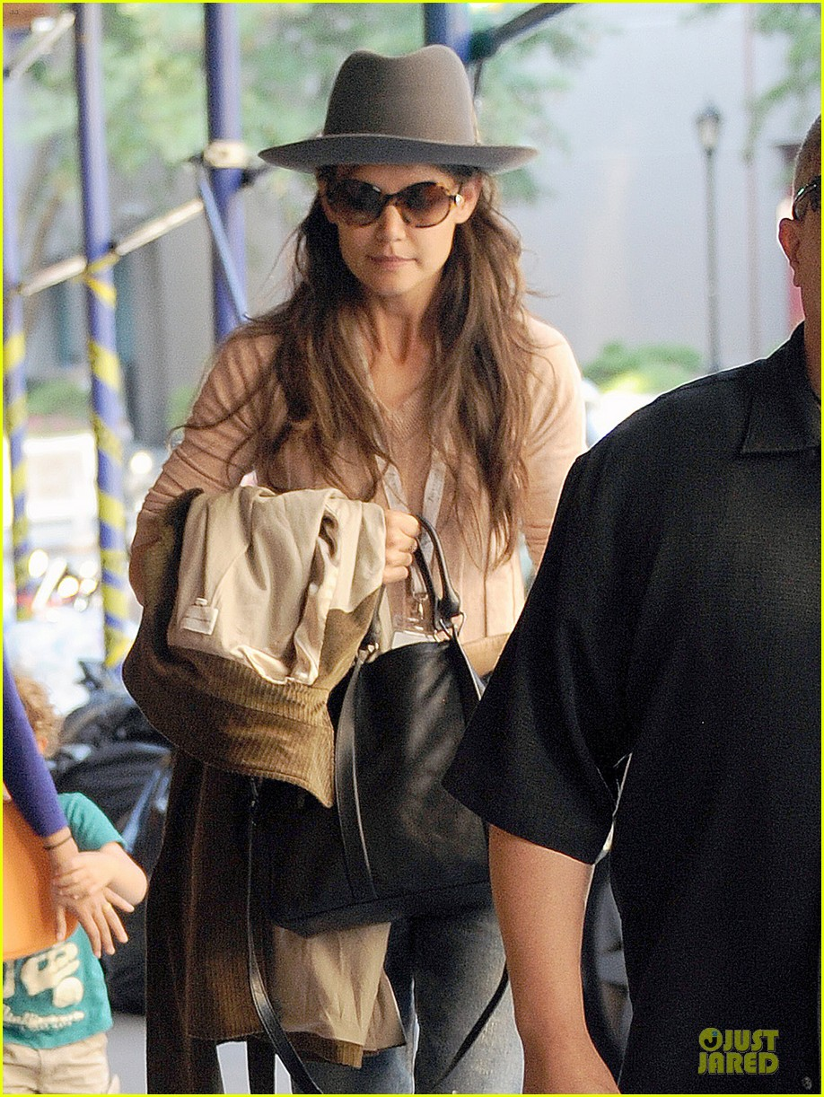 katie holmes suri matches sunglasses with arm cast 022956246