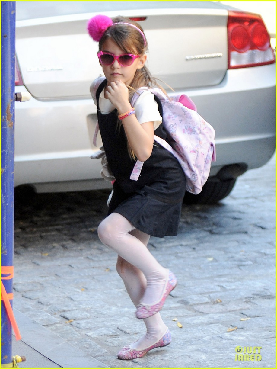 katie holmes suri matches sunglasses with arm cast 052956249