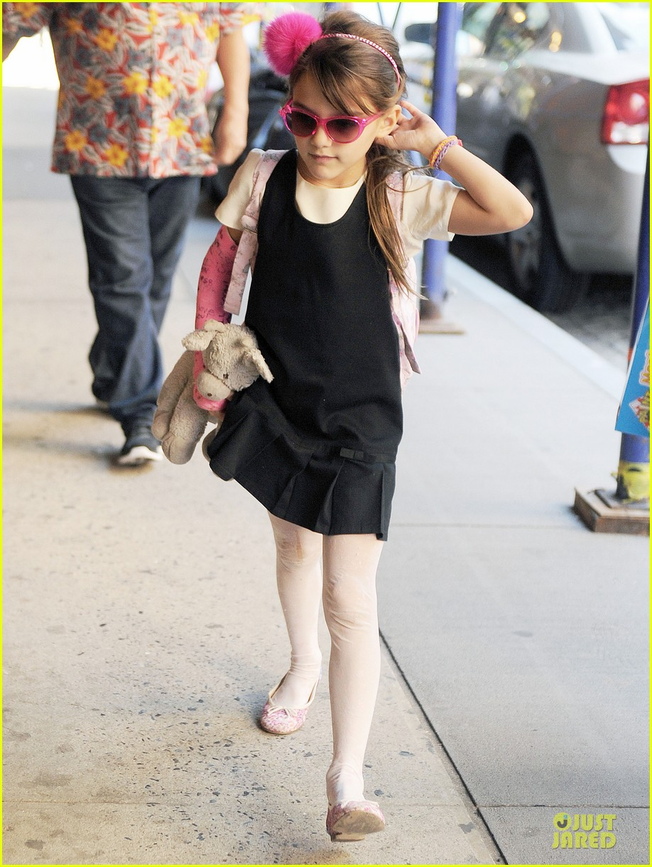 katie holmes suri matches sunglasses with arm cast 11