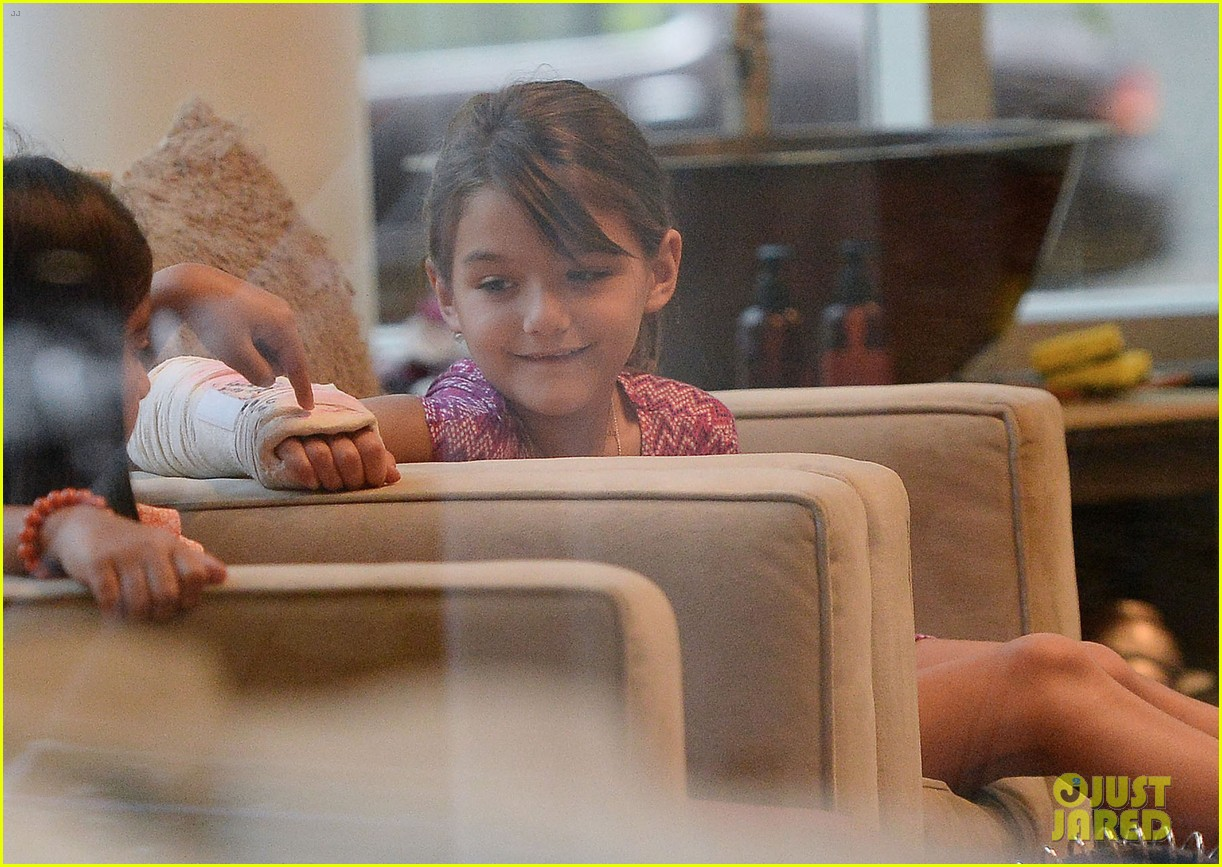 katie holmes pampers suri after she breaks her arm 07