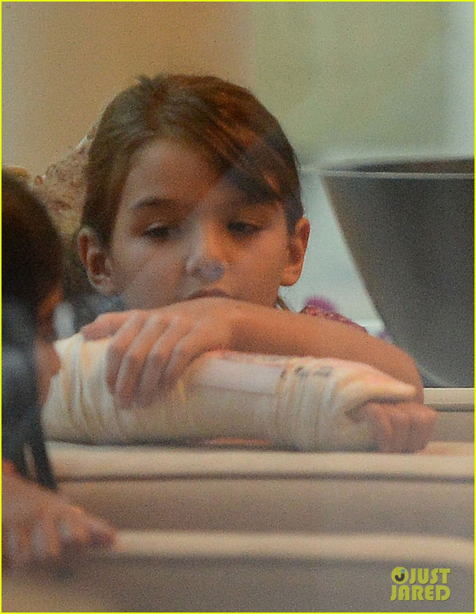 katie holmes pampers suri after she breaks her arm 082946571