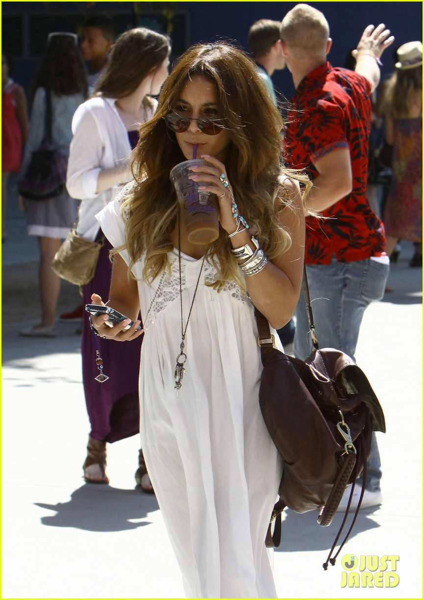 vanessa hudgens spends sunday with stella 152953182