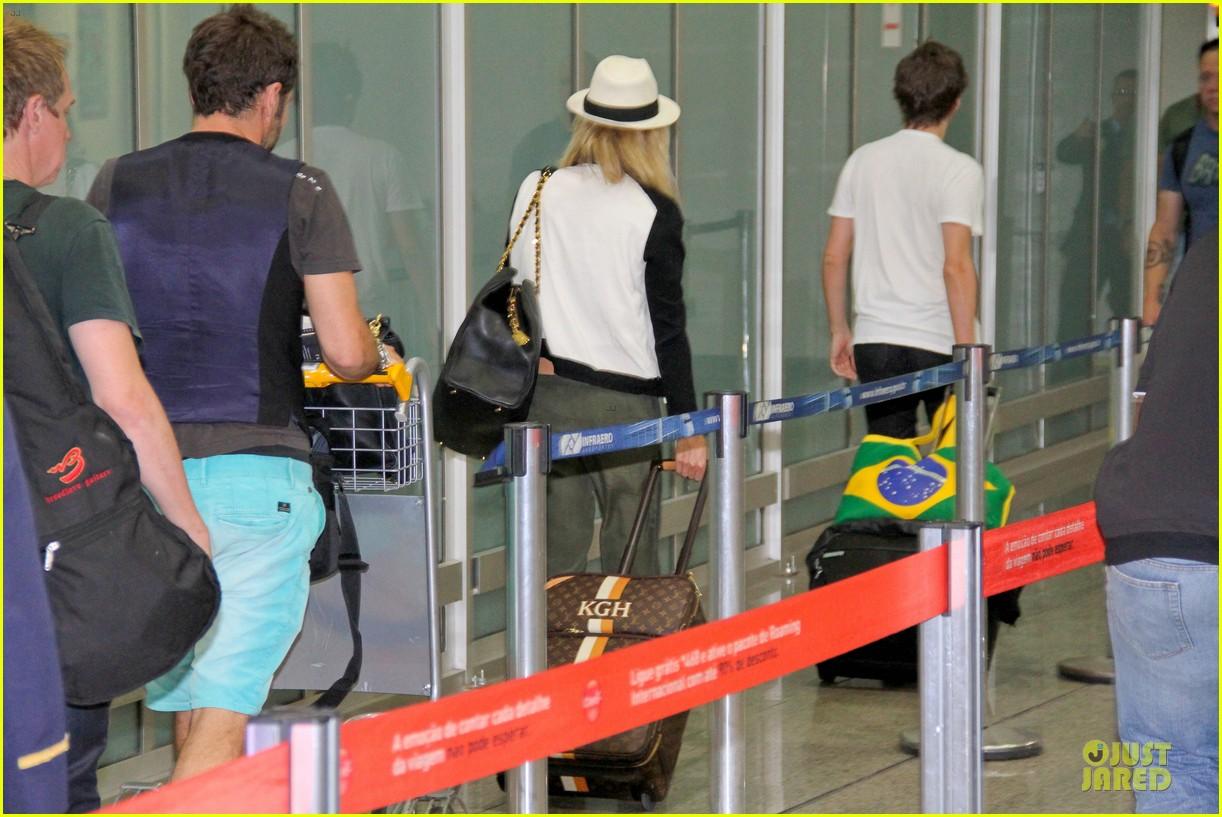 kate hudson flashes flat tummy for rio de janeiro departure 252953789