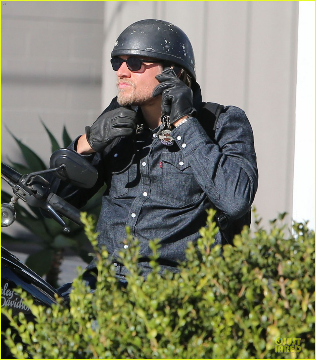 charlie hunnam motorcycle ride on emmys sunday 04