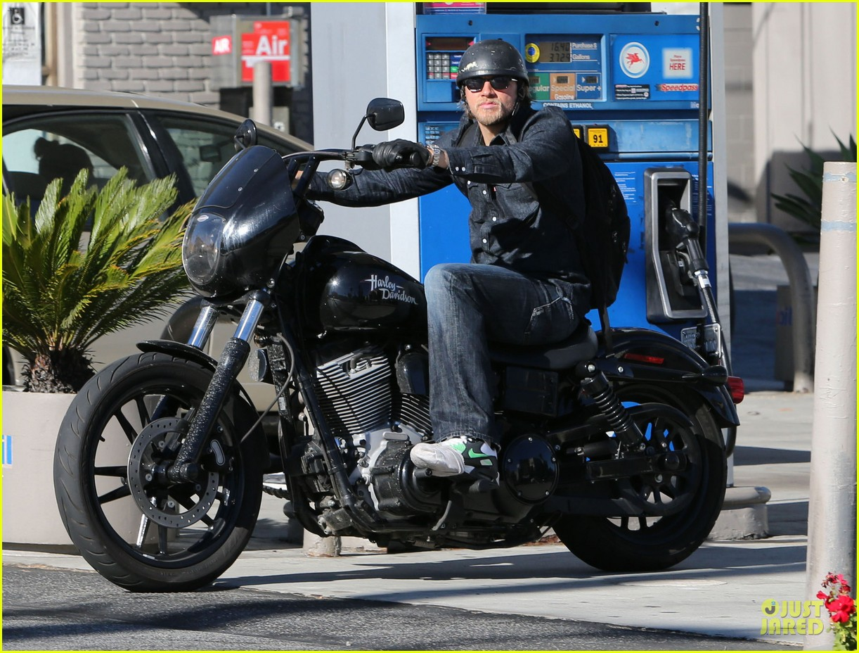 charlie hunnam motorcycle ride on emmys sunday 06