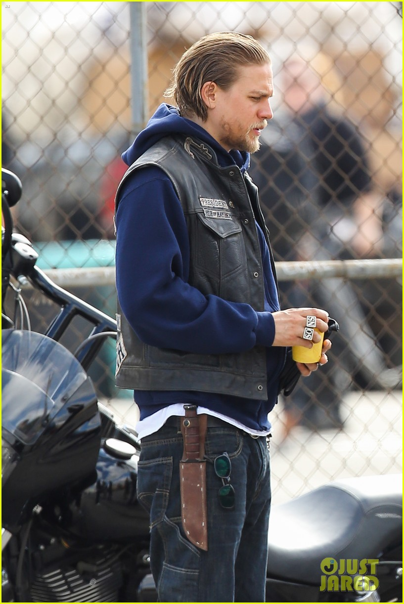 charlie hunnam goes undercover on sons of anarchy set 02