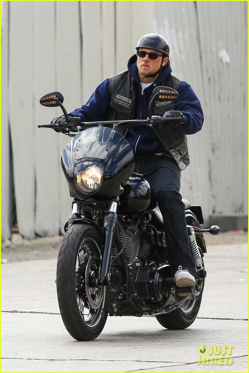 charlie hunnam goes undercover on sons of anarchy set 03